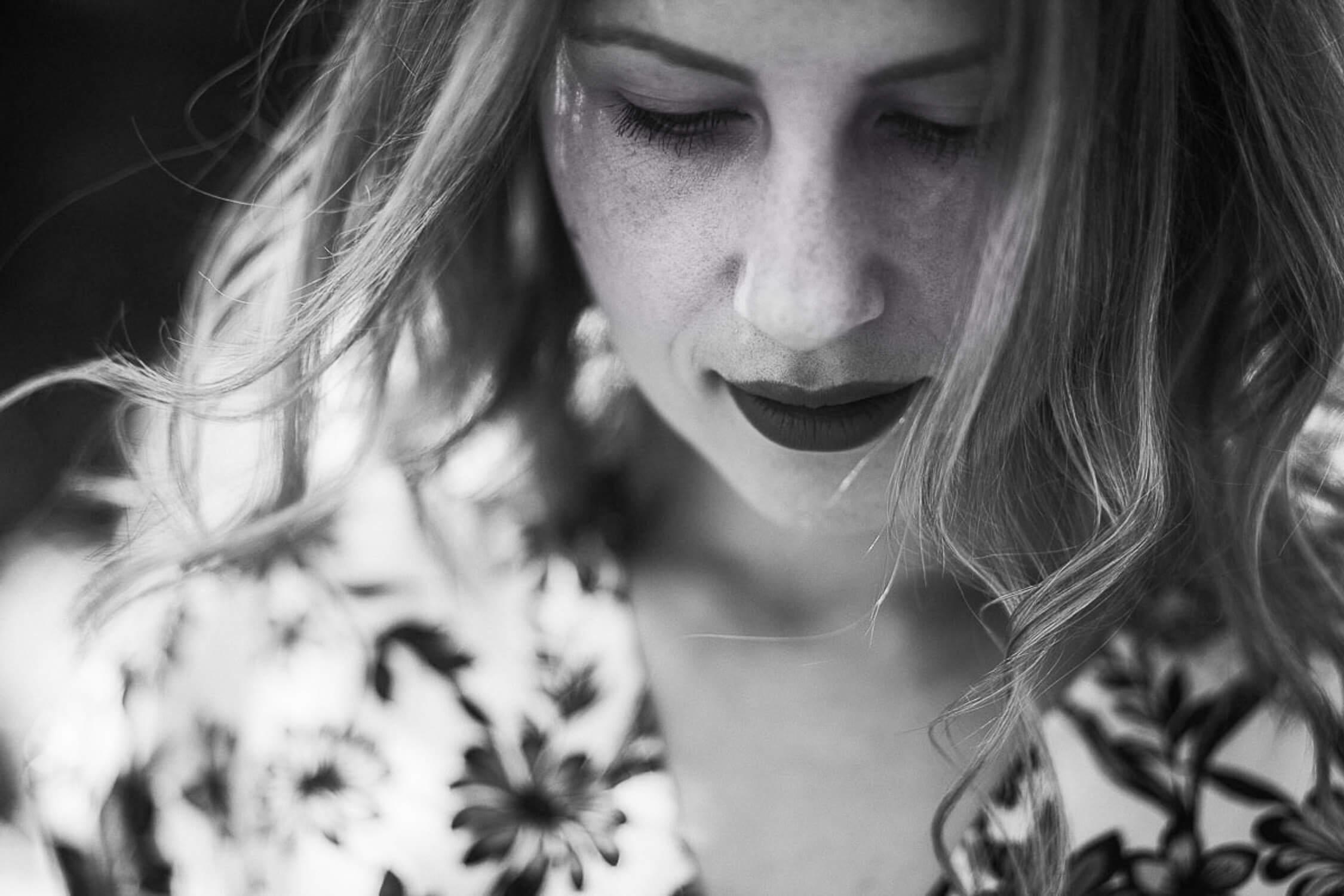 black-and-white-girl-portrait