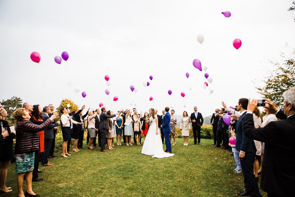 wedding-guests-balloons-weingut-am-Reisenberg