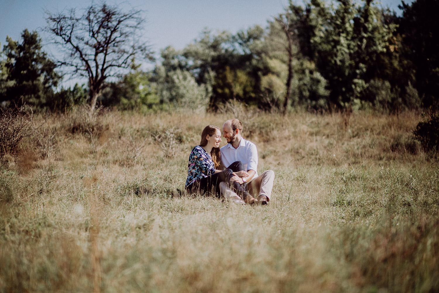 couple-sitting-in-grass