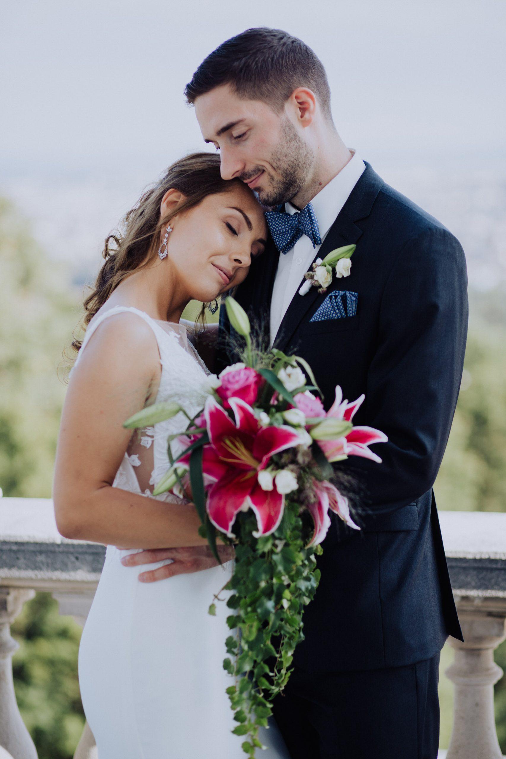 Hochzeitspaar mit Blumenstrauß