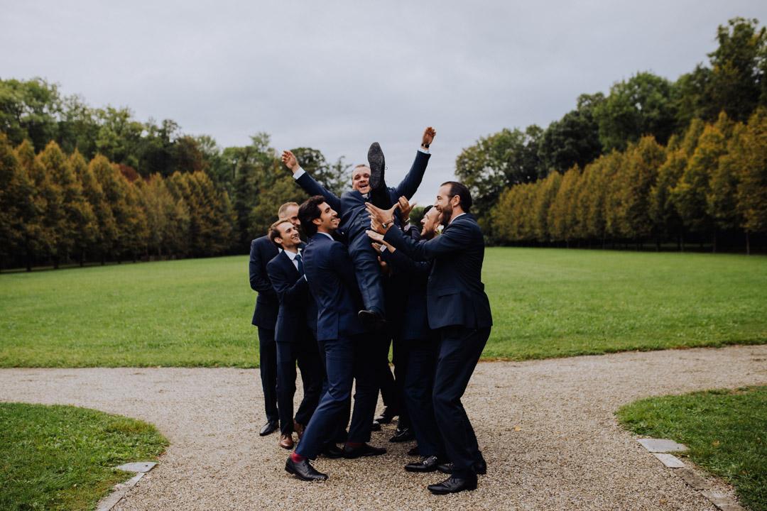 Groomsmen am lustigen Bild der Hochzeit