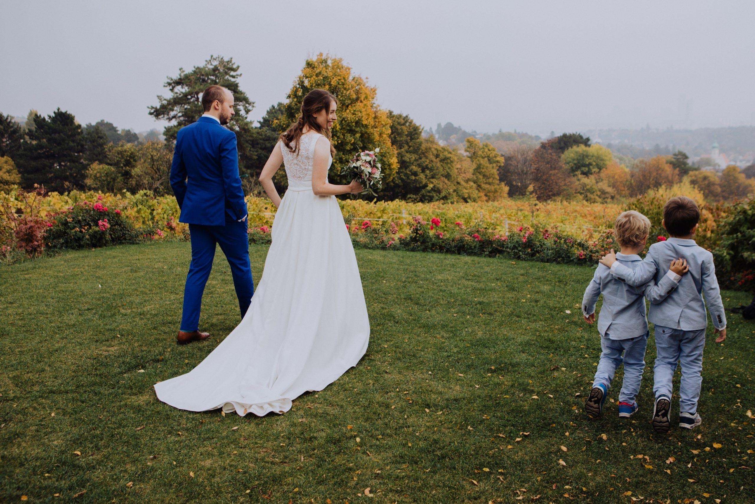 zwei Jungen mit Braut und Bräutigam